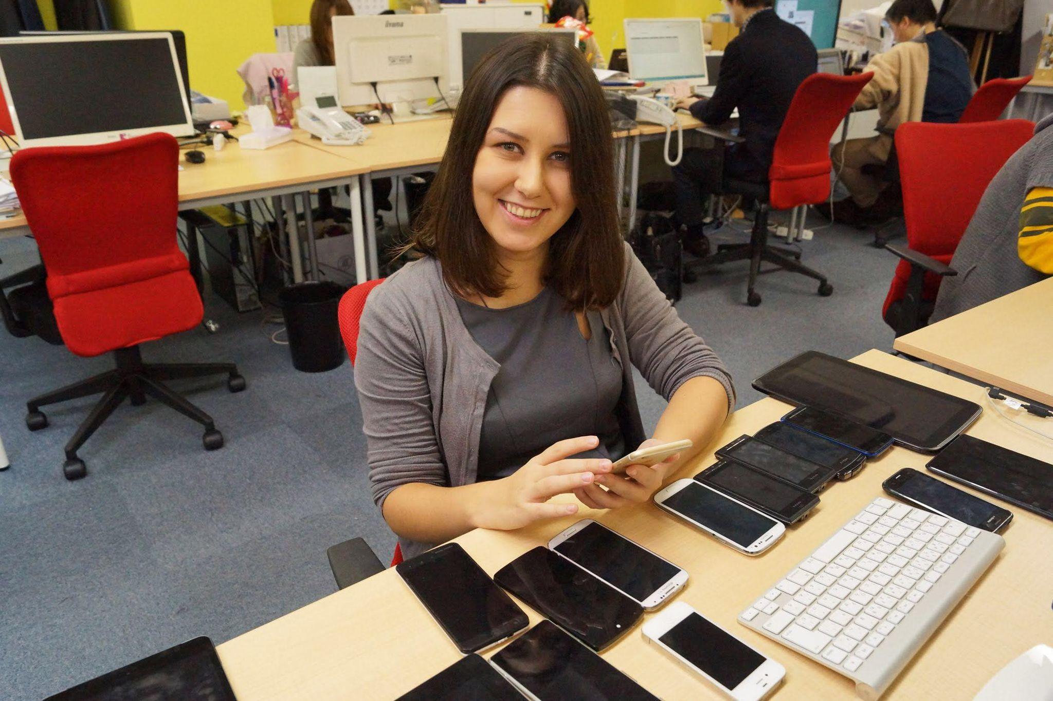 Наташа Бирюкова в процессе работы (тестирование веб сайта на разных телефонах). Из личного архива героини