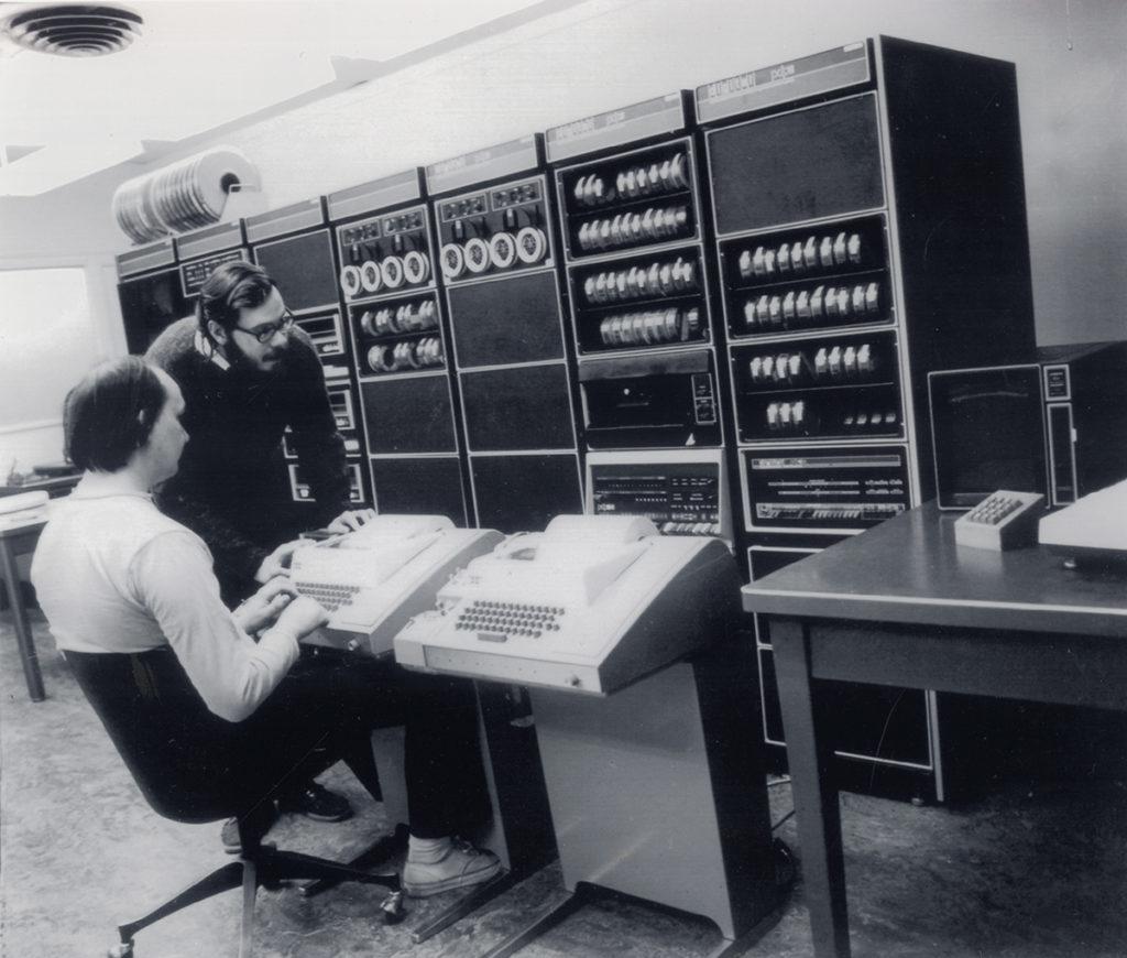 Кен Томпсон (сидит) и Деннис Ритчи (стоит) с компьютером DEC PDP-11, на который они установили Unix в 1971 году Источник: Музей компьютерной истории