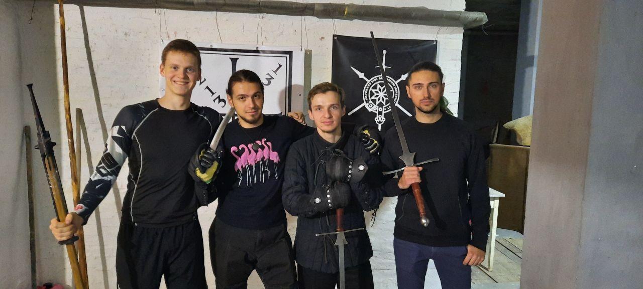 Александр с другими фехтовальщиками в клубе