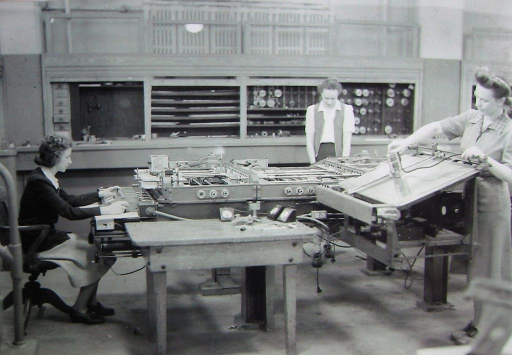 Вычислительницы (включая Кей Антонелли) за работой на большом механическом калькуляторе Источник: https://en.m.wikipedia.org/wiki/Kathleen_Antonelli