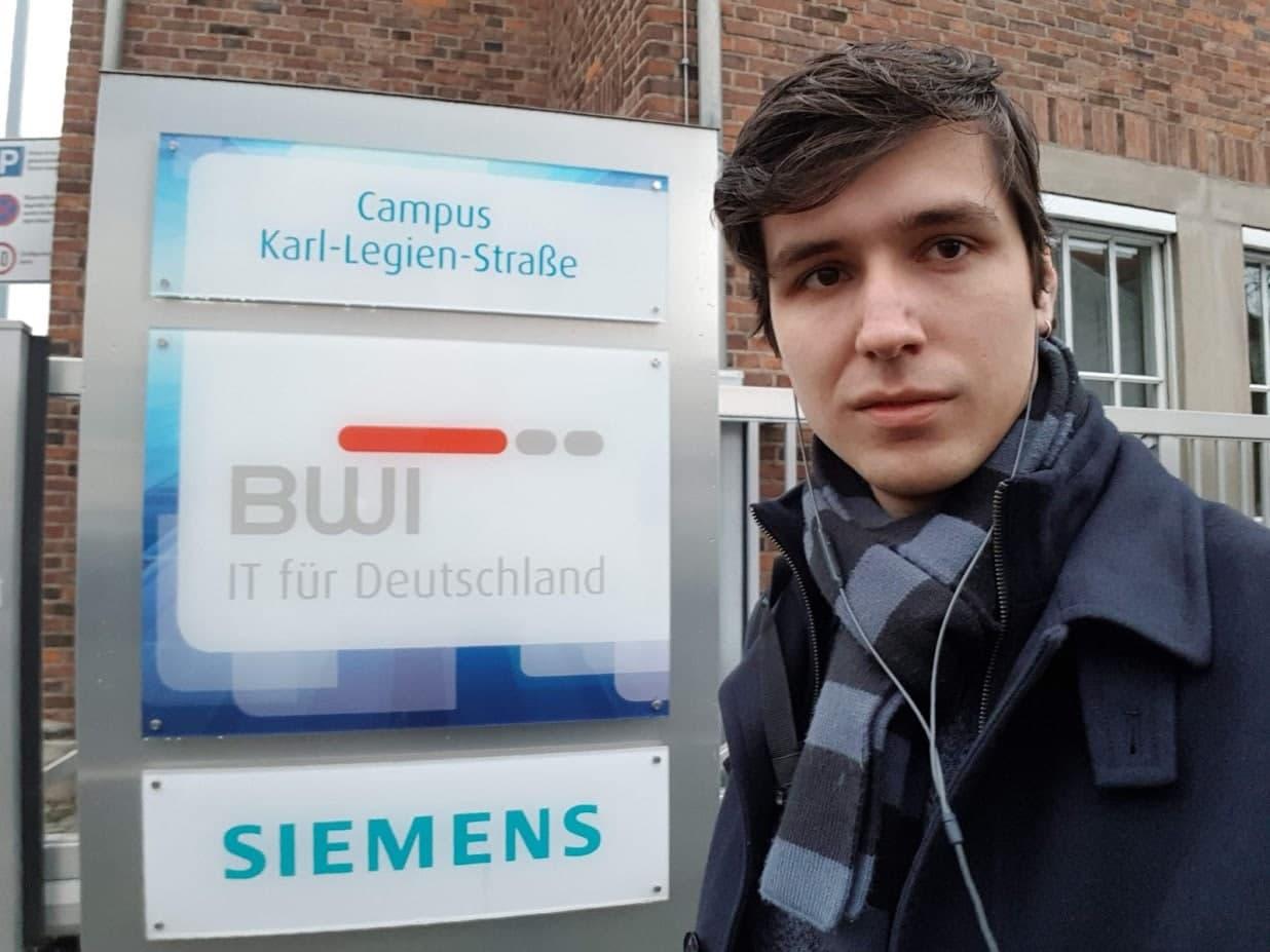 Никита Доминов возле офиса Siemens