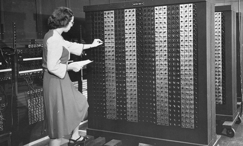 Бетти Холбертон во время работы на ENIAC Источник: https://spectrum.ieee.org/tech-talk/tech-history/dawn-of-electronics/untold-history-of-ai-invisible-woman-programmed-americas-first-electronic-computer