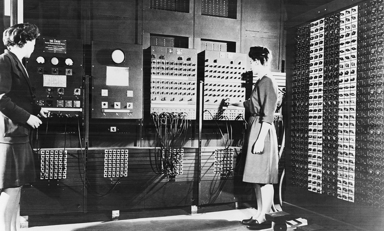 Джин Бартик (слева) и Френсис Спенс (справа) настраивают главную панель ENIAC Источник: https://spectrum.ieee.org/tech-talk/tech-history/dawn-of-electronics/untold-history-of-ai-invisible-woman-programmed-americas-first-electronic-computer