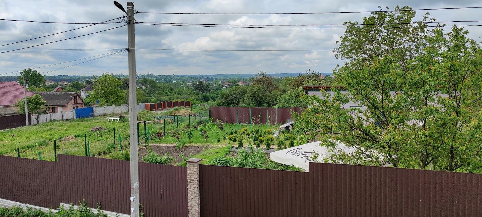 Огород напротив дома. Бабушку не видно, но она есть