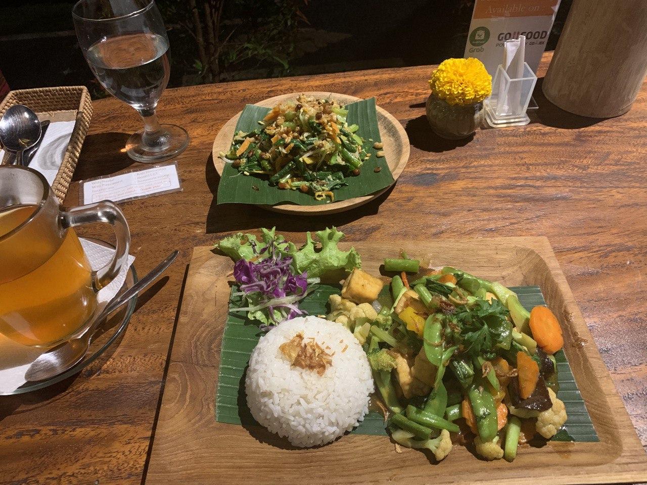 Меню и еда в местном кафе. Фото предоставлено героем интервью
