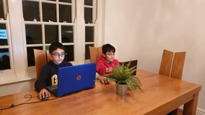 Беньямин Ахмед (слева) со своим братом Юсуфом Ахмедом (справа)