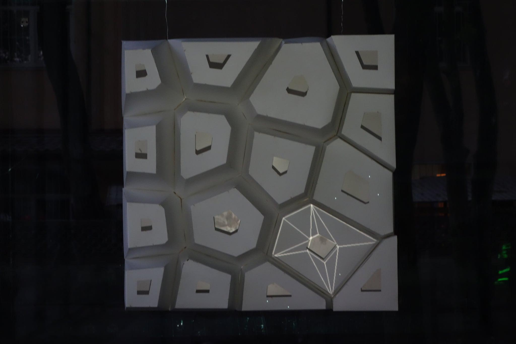 Работа Александра Степанищенко (совместно с украинскими генеративными художниками Евгением Ващенко и Еленой Бабко). Скульптура сгенерирована в Max/MSP/Jitter и Rhino/Grasshopper, а затем воссоздана в реальности