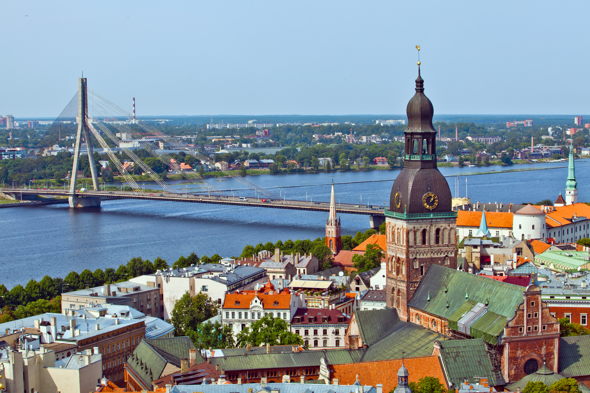 Можно путешествовать, помогать семье и откладывать деньги: сколько стоит жизнь в Латвии